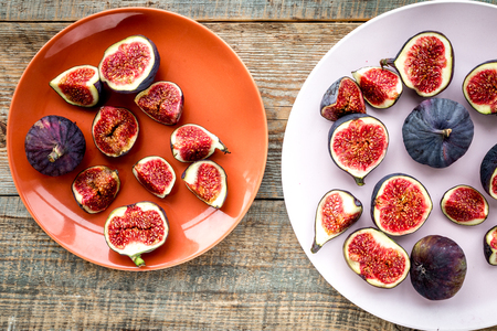 Plate of fresh blue figs on wooden background top view Banco de Imagens - 86622782