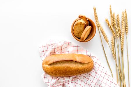 白いデスク背景トップ ビューをモックにパン屋さんの小麦粉で焼きたてのおいしいパン