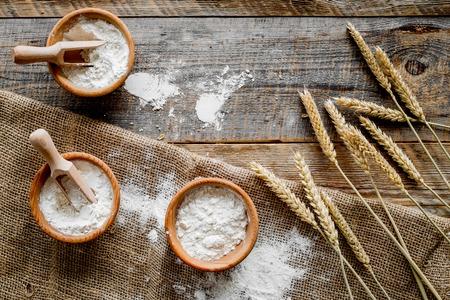 木製の机の背景の上のビューの小麦粉の生産のための小麦とライ麦の耳 写真素材