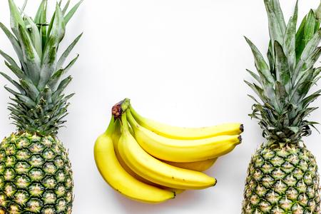 Tropische vruchten achtergrond. Bananen en ananas op witte hoogste mening.