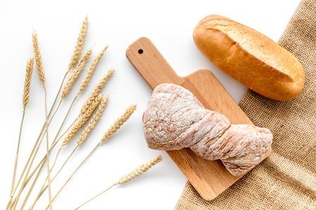 Cuisson pain de blé frais sur boulangerie travail table vue de dessus de fond Banque d'images - 86904280