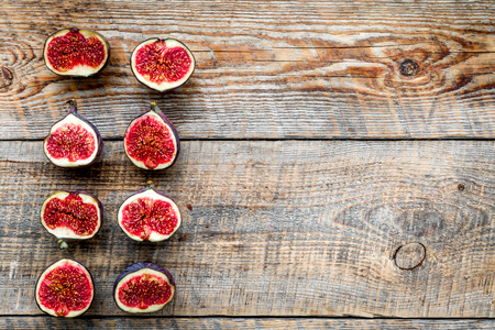Fresh blue figs slices pattern on rustic wooden background top view copyspace Banco de Imagens - 86904344