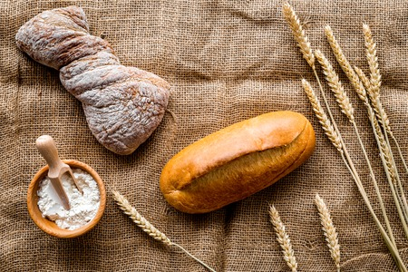 Cuisson pain de blé frais sur boulangerie travail table vue de dessus de fond Banque d'images - 86904392