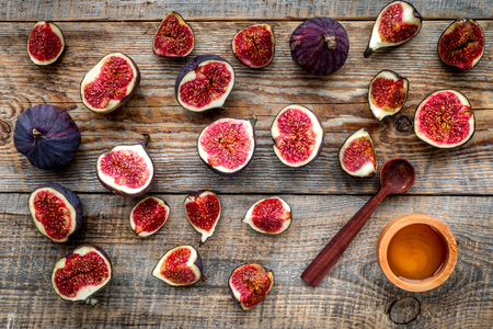 Fresh blue figs and honey on wooden background top view. Banco de Imagens - 87111862