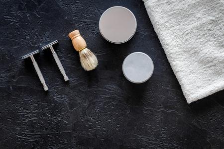 で理髪店。カミソリ、シェービング ブラシ、タオル黒背景トップ ビューで。 写真素材