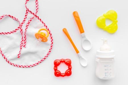 Préparation de repas bébé alimentation avec le lait de lait de lait à la bouteille dans un vase avec un chien de toilette sur fond blanc Banque d'images - 87206918