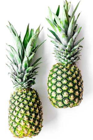 トロピカル フルーツの背景。白い上面に Pinneapple。 写真素材