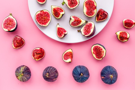 Fresh blue figs on the plate on pink background top view. Banco de Imagens - 87273212