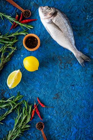Ingrediënten voor het koken van dorado vis op blauwe bovenaanzicht.