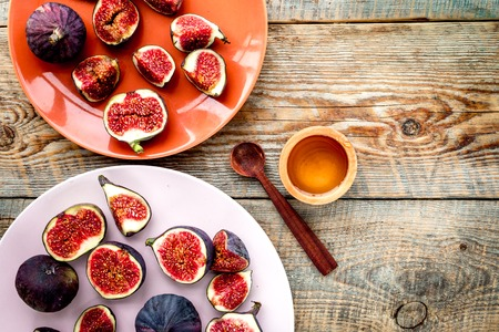 Plate of fresh blue figs and honey on wooden background top view copyspace 版權商用圖片