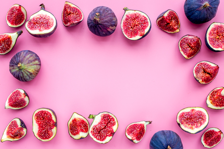 Fresh blue figs slices frame on pink background top view. Banco de Imagens - 87436313