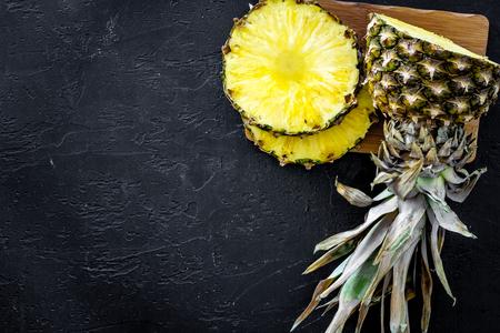 Gesneden ananas op zwarte hoogste mening als achtergrond.