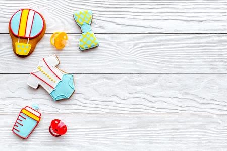 흰색 나무 테이블 배경 축하에 대 한 쿠키와 함께 아기 샤워 상위 뷰 mock up 스톡 콘텐츠
