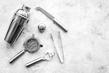 회색 돌 배경 상위 뷰에 칵테일을 만들기위한 도구를 막대. 스톡 콘텐츠