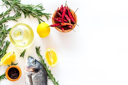 향신료와 황새 준비 로즈마리, 칠리, 레몬. 흰색 배경 윗면보기 스톡 콘텐츠