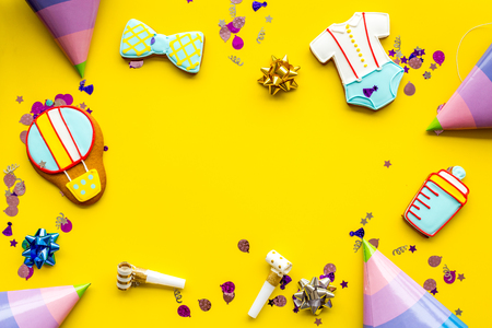 생강 빵 쿠키 노란색 다채로운 책상 배경에 아기 샤워에 대 한 시세 테이프와 함께 요리사 상위 뷰 mockup
