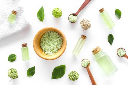 白いデスク背景トップ ビューにミントとお風呂の緑の有機塩