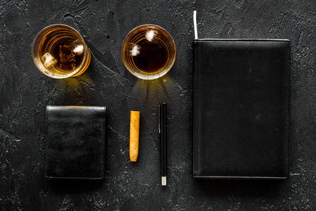남자 설정합니다. 얼음, 시가, 지갑 및 노트북 검은 막대 배경 위스키 상위 뷰 copyspace