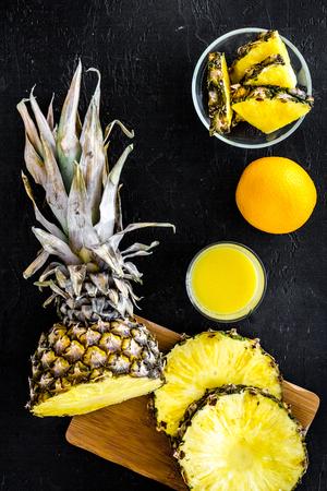 Gesneden ananas op zwarte hoogste mening als achtergrond