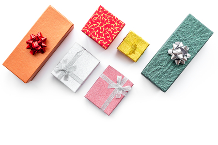 As vendas da Cyber segunda-feira com caixas para presentes de natal na mesa branca fundo vista superior mock up Foto de archivo - 88670300