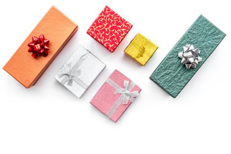 Cybermaandageverkoop met dozen voor Kerstmisgiften op witte bureau achtergrond hoogste meningsspot omhoog