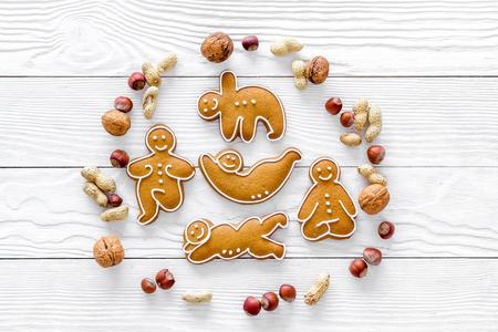Alimentation saine pour sportif. Cookies en forme de yoga asanas près de noix sur la surface vue de dessus de fond en bois blanc Banque d'images - 88794292