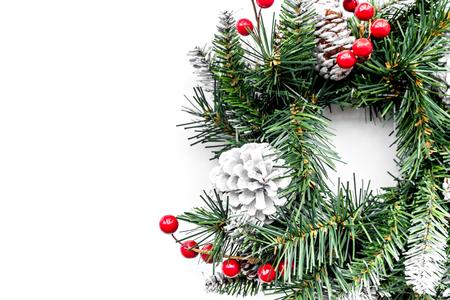 Weihnachtskranz gesponnen von den Fichtenzweigen mit roten Beeren auf Draufsicht-copyspace des weißen Hintergrundes Standard-Bild - 88852265