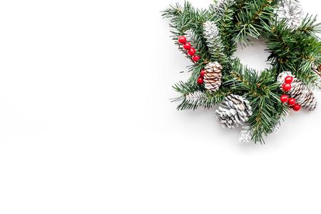 Weihnachtskranz gesponnen von den Fichtenzweigen mit roten Beeren auf Draufsicht-copyspace des weißen Hintergrundes Standard-Bild - 88852268