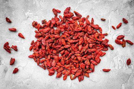 Heap of dried goji berries on grey background top view pattern 版權商用圖片