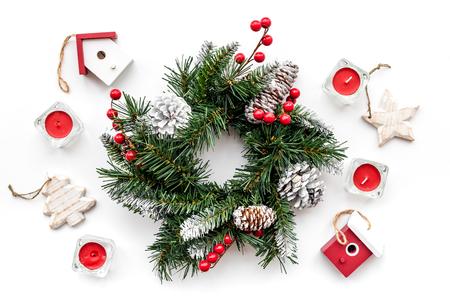 Weihnachtsdekorationen. Kranz und Spielwaren auf Draufsicht des weißen Hintergrundes Standard-Bild - 88906398