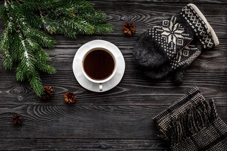 아늑한 크리스마스 저녁. 니트 장갑과 회색 나무 배경에 스카프 상위보기 copyspace