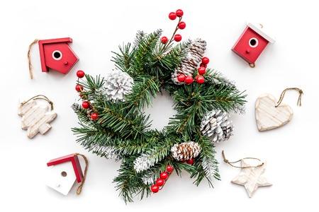 Weihnachtsschmuck . Kranz und Spielzeug auf weißem Hintergrund Draufsicht Standard-Bild - 90945790
