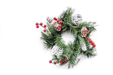 Weihnachtskranz gesponnen von den Fichtenzweigen mit roten Beeren auf Draufsicht-copyspace des weißen Hintergrundes Standard-Bild - 91012412