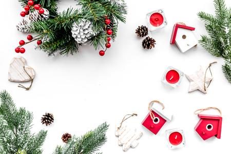 Weihnachtsdekorationen. Kranz und Spielwaren auf Draufsicht des weißen Hintergrundes. Standard-Bild - 89275400