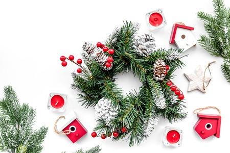 Weihnachtsdekorationen. Kranz und Spielwaren auf Draufsicht des weißen Hintergrundes. Standard-Bild - 89287301
