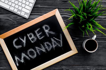 Cybermaandag van woorden op bord dichtbij toetsenbord op grijze houten hoogste mening wordt geschreven als achtergrond die