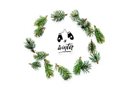 Winter hand belettering met wanten pictogram. De winterpatroon met nette takken op wit achtergrond hoogste meningspatroon