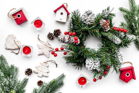 Weihnachtsdekorationen. Kranz und Spielwaren auf Draufsicht des weißen Hintergrundes Standard-Bild - 89644460