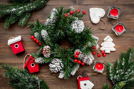 Weihnachtsdekorationen. Kranz und Spielwaren auf Draufsicht des hölzernen Hintergrundes Standard-Bild - 89644461