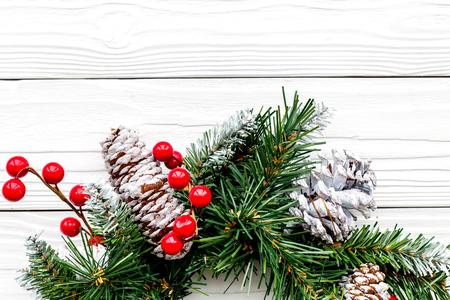 Weihnachtskranz gesponnen von den Fichtenzweigen mit roten Beeren auf weißem hölzernem Hintergrund Draufsichtnahaufnahme copyspace Standard-Bild - 90423400