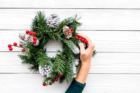 Dekorieren Sie das Haus für Winterferien. Weihnachtskranz auf weißem hölzernem Draufsichtspott des Hintergrundes copyspace Standard-Bild - 89615204