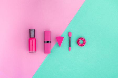 화려한 배경 화장품입니다. 밝은 분홍색 매니큐어, 립스틱, 분홍색 및 민트 배경 아이섀도 주걱 상위 뷰 copyspace