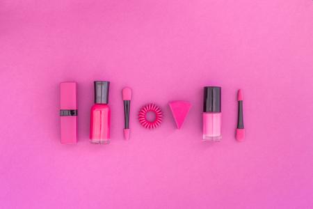 화려한 배경 화장품입니다. 밝은 분홍색 매니큐어, 립스틱, 분홍색 배경에 아이 섀도우 주걱 상위 뷰 copyspace 스톡 콘텐츠 - 89644536