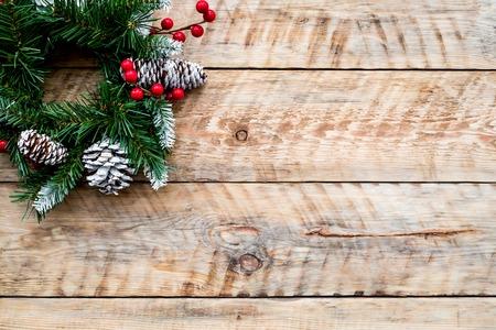 Weihnachtskranz gewebt von Fichtenzweigen mit roten Beeren auf hellem Hintergrund hölzerne Draufsicht copyspace Standard-Bild - 90431612