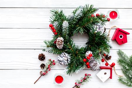 Dekoriere Haus für Weihnachten. Kranz und Spielwaren auf Draufsichtkonzept des weißen hölzernen Hintergrundes Draufsicht Standard-Bild - 89695266