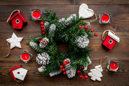 Weihnachtsdekorationen. Kranz und Spielwaren auf Draufsicht des hölzernen Hintergrundes Standard-Bild - 89695188