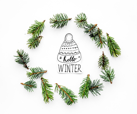 Hello winter hand lettering. Winter pattern with spruce branches on white background top view pattern 版權商用圖片
