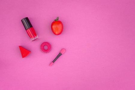 화려한 배경 화장품입니다. 밝은 분홍색 매니큐어, 립스틱, 분홍색 배경에 아이 섀도우 주걱 상위 뷰 copyspace 스톡 콘텐츠 - 89695147