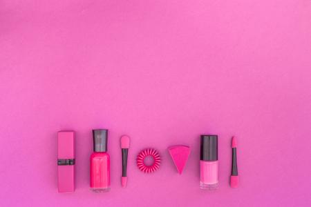 화려한 배경 화장품입니다. 밝은 분홍색 매니큐어, 립스틱, 분홍색 배경에 아이 섀도우 주걱 상위 뷰 copyspace 스톡 콘텐츠 - 90449029