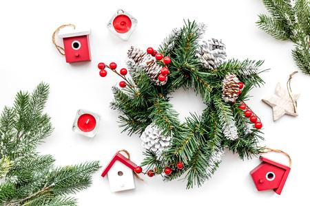 Weihnachtsdekorationen. Kranz und Spielwaren auf Draufsicht des weißen Hintergrundes Standard-Bild - 89754087
